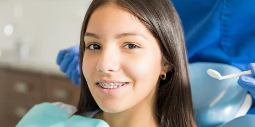 تقويم الأسنان لفتاة صغيرة