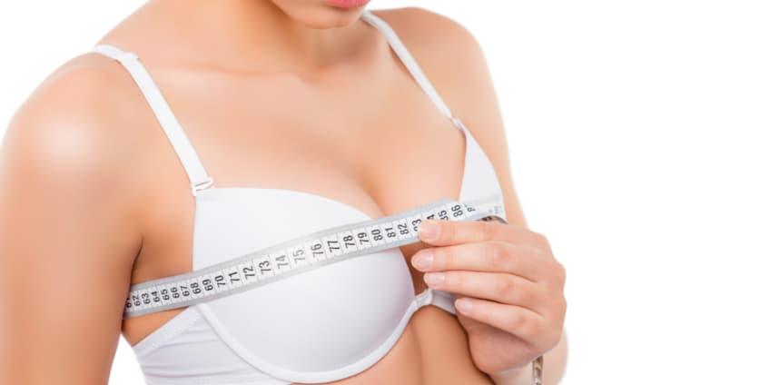أنثى تقيس الصدر قبل عملية تكبير الثدي