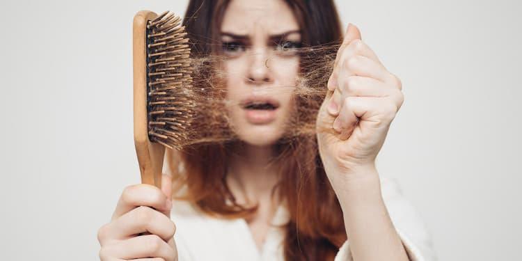 امرأة تعاني من تساقط الشعر