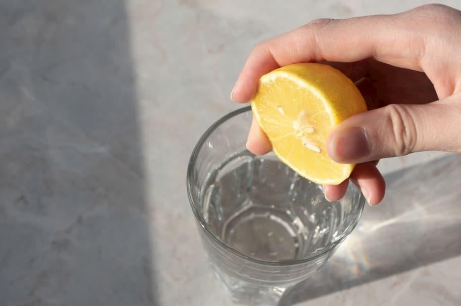 الليمون مع الماء البارد